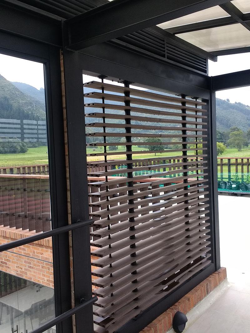 Los perfiles wpc o madera plástica se utilizan como accesorios de decoración y embellecimiento en fachadas y muros. Se asemejan a la madera natural.